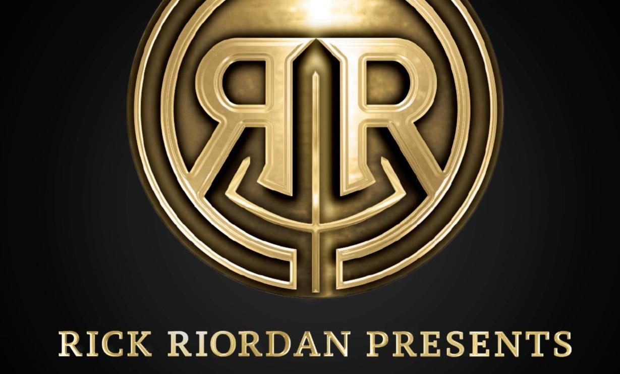 Rick Riordan presenta libros de mitología hindú, coreana y maya, y la portada del nuevo de Magnus Chase